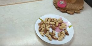 На столе тарелка с Бразильским орехом