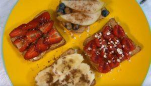 Бутерброды с арахисовой пастой с бананом, клубникой