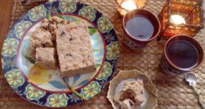 2 чашки, свечка и арахисовая халва на столе