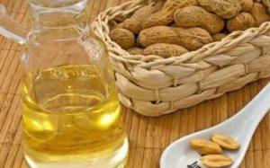 Арахисовое масло и арахис на столе