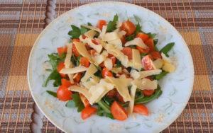 Салат на белой тарелке
