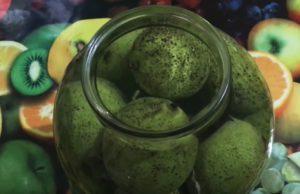 Зеленый черный орех в банке