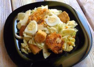 Салат в черной тарелке
