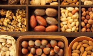 разные орехи в ящиках