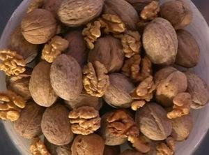 грецкие орехи в таарелке