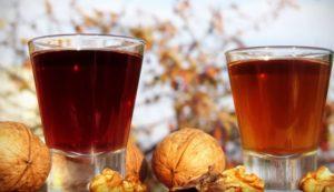 Грецкие орехи и самогон в стопках на столе