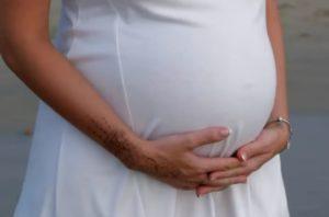 Беременная женщина в белом платье