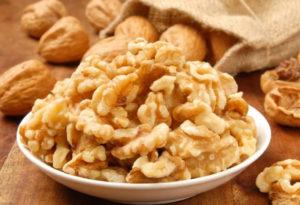 Очищенные грецкие орехи в тарелке