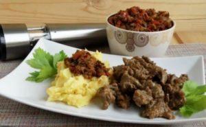 Мясо с арахисовой пастой на столе