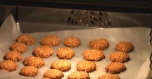 Противень с печеньем в духовке