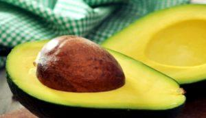 Авокадо, разрезанное пополам