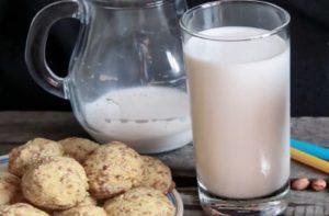 На столе печенье и молоко в стакане