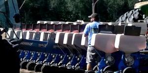 Работник у трактора