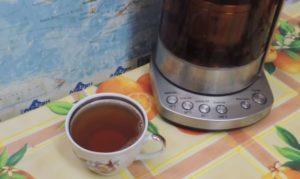 Чай из листьев в кружке