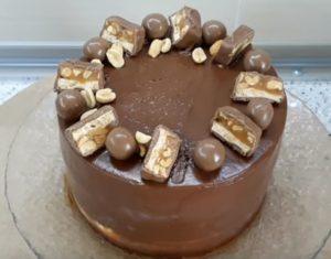 Торт на столе