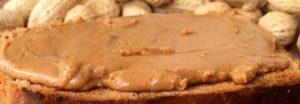 бутерброд с пастой из арахиса