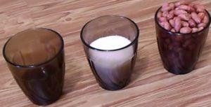 три стакана на столе