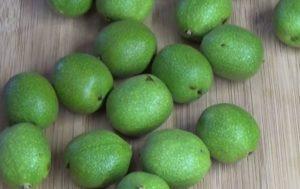 зеленые орехи на столе
